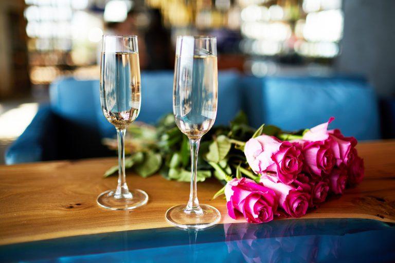 rózsa,pezsgő,légyott,párkapcsolat,búvóhely,randi